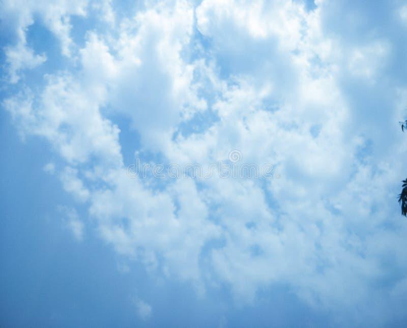 Cielo hermoso completo con las nubes blancas imagen de archivo libre de regalías