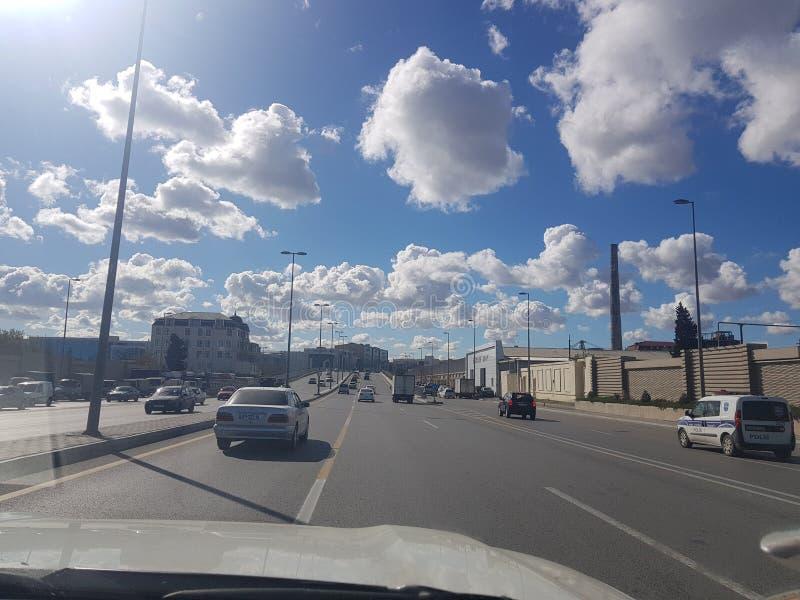 Cielo hermoso con las nubes en Baku, visión desde el coche azerbaijan foto de archivo libre de regalías