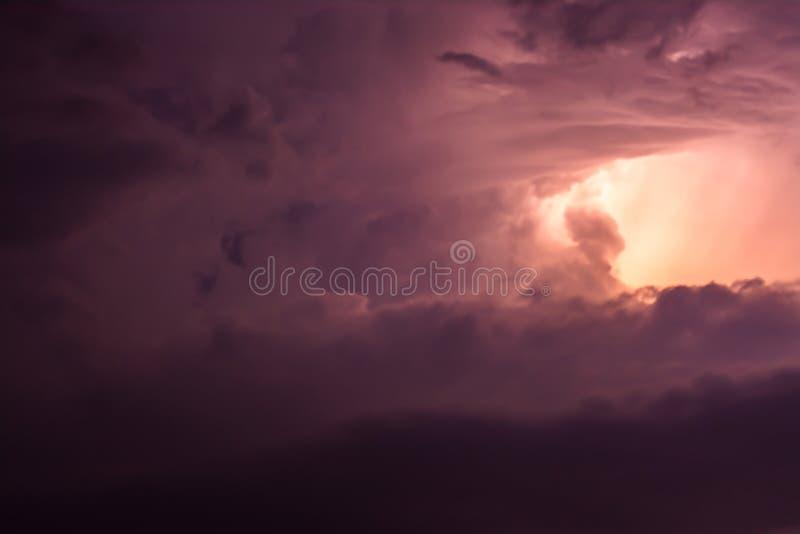 Cielo hermoso con las nubes multicoloras en la puesta del sol foto de archivo