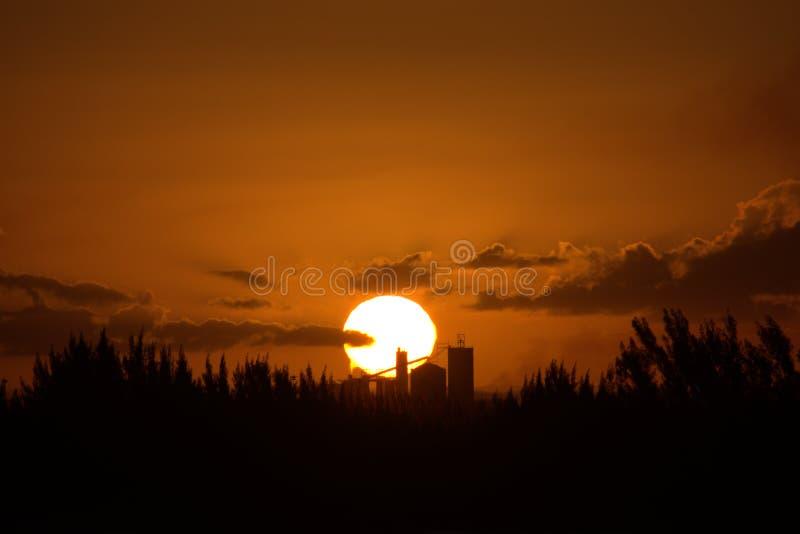 Cielo hermoso de la puesta del sol imagenes de archivo