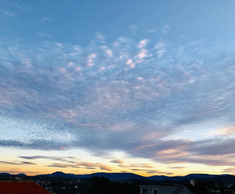 Cielo hermoso de la puesta del sol con los puntos de la nube foto de archivo