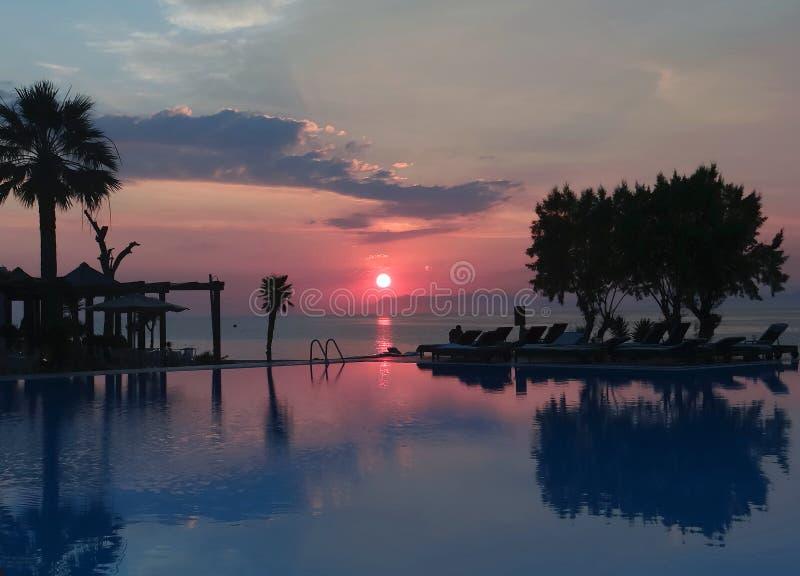Cielo hermoso de la puesta del sol en la playa de la isla de Rodas imagenes de archivo