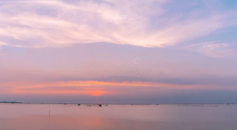 Cielo hermoso de la puesta del sol sobre el mar por la tarde Cielo y púrpura azules, naranja, y nubes blancas Cielo y nubes dramá foto de archivo libre de regalías