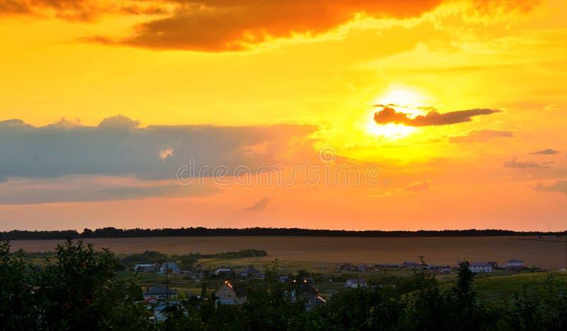 Cielo hermoso de la puesta del sol sobre las nubes con la luz dramática fotografía de archivo libre de regalías