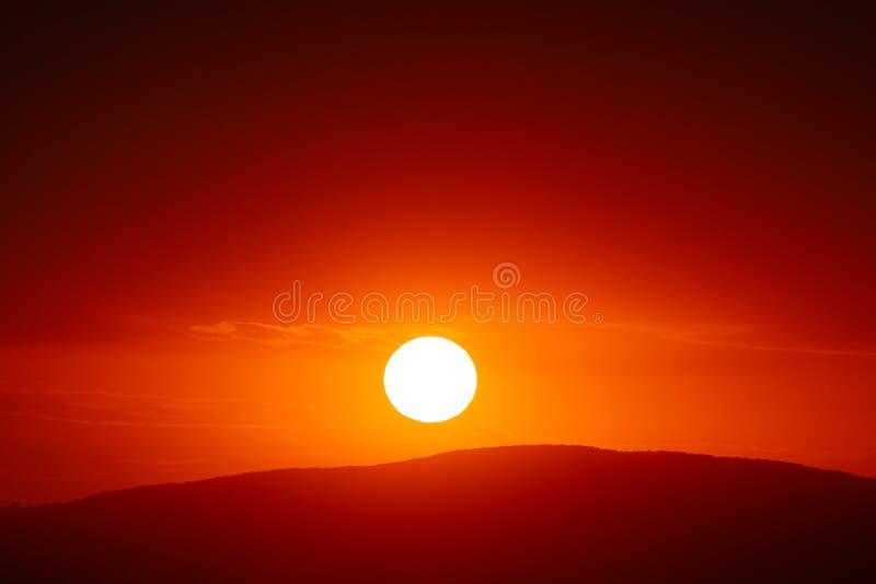 Cielo hermoso de la puesta del sol sobre las nubes con la luz dram?tica fotos de archivo libres de regalías