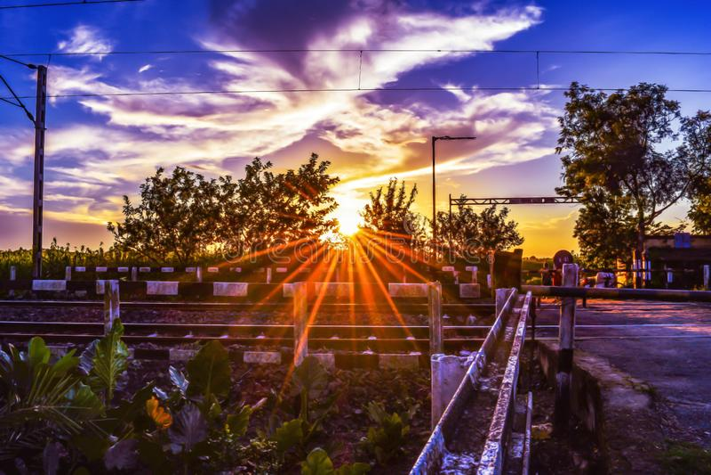 Cielo hermoso de la puesta del sol sobre pistas ferroviarias fotos de archivo libres de regalías