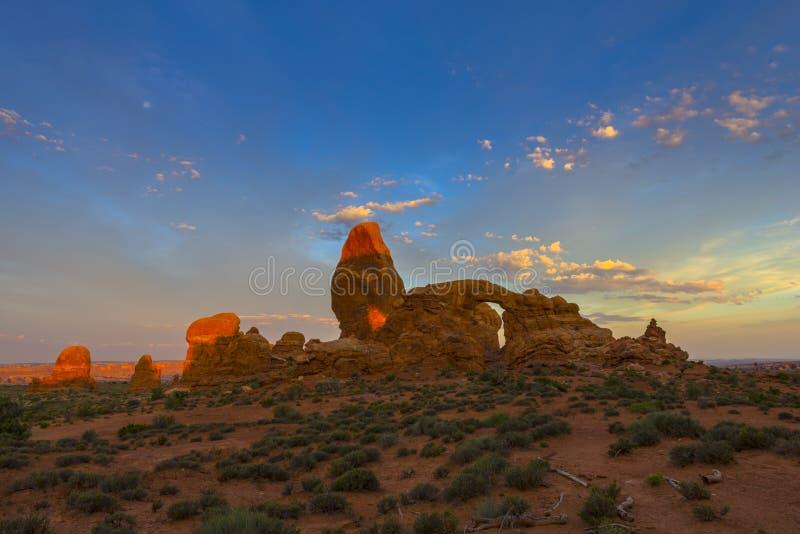 Cielo hermoso de la salida del sol sobre arco de la torrecilla fotos de archivo