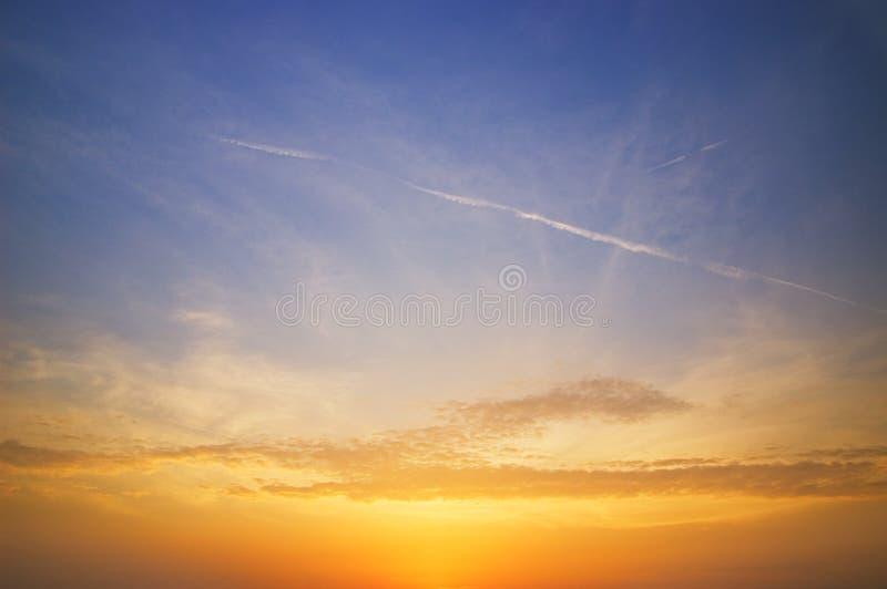 Cielo hermoso en el tiempo de la puesta del sol imagen de archivo