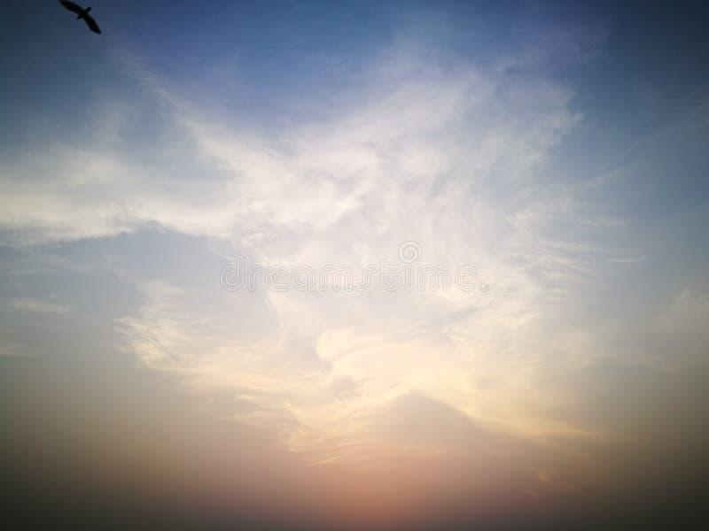 Cielo hermoso en la tarde imagenes de archivo