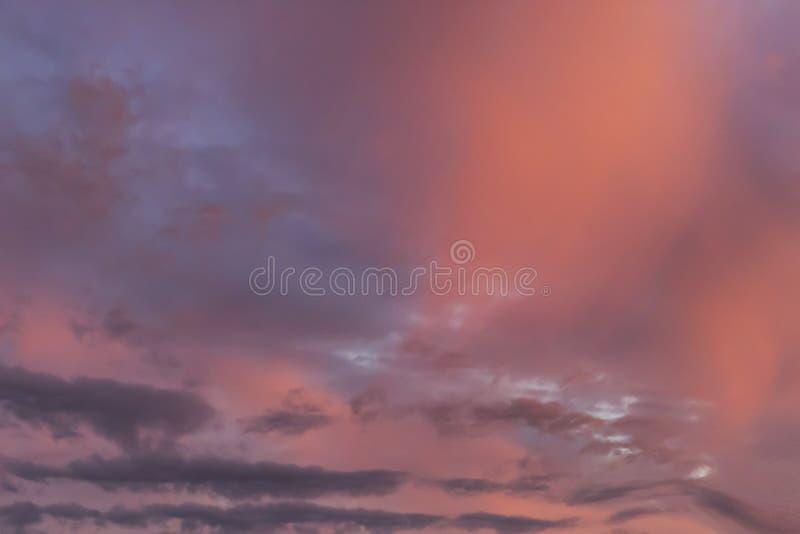 Cielo hermoso y asombroso en la puesta del sol foto de archivo libre de regalías