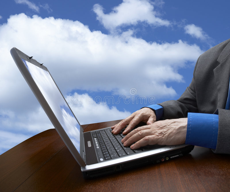 Cielo, hombre de negocios y computadora portátil fotos de archivo libres de regalías