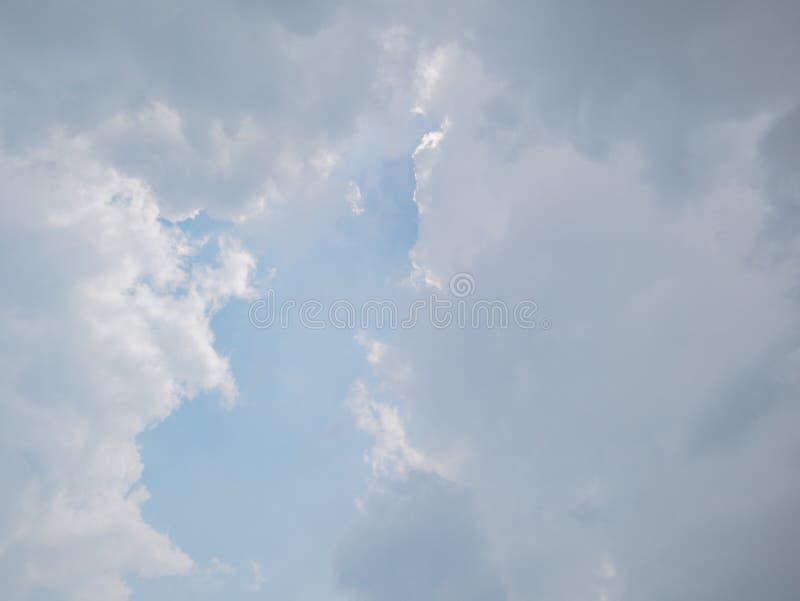 Cielo idilliaco con la nuvola del whie fotografie stock