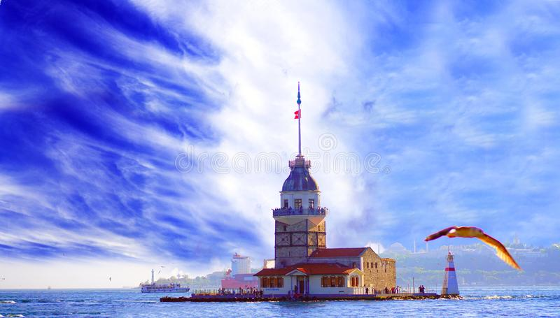 Cielo impresionante y kulesi virginal del kiz de la torre del ` s en Estambul imagen de archivo