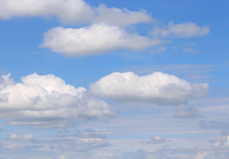 Cielo infinito con molte nuvole bianche immagini stock
