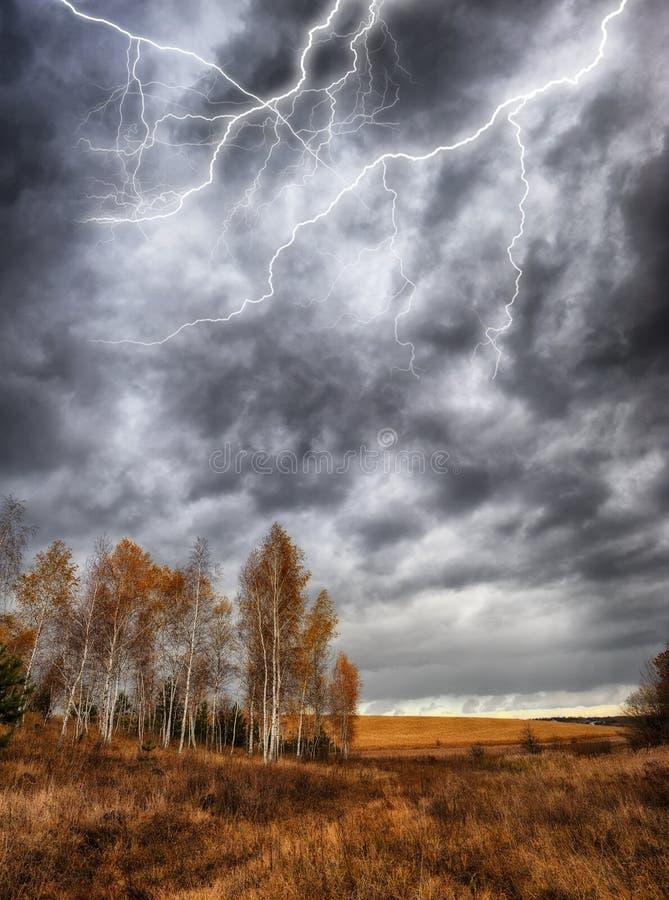 cielo Lampo nel cielo Nubi scure immagine stock