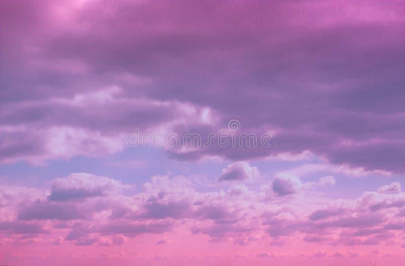 Cielo lilla drammatico variopinto e nuvole ultraviolette immagine stock libera da diritti