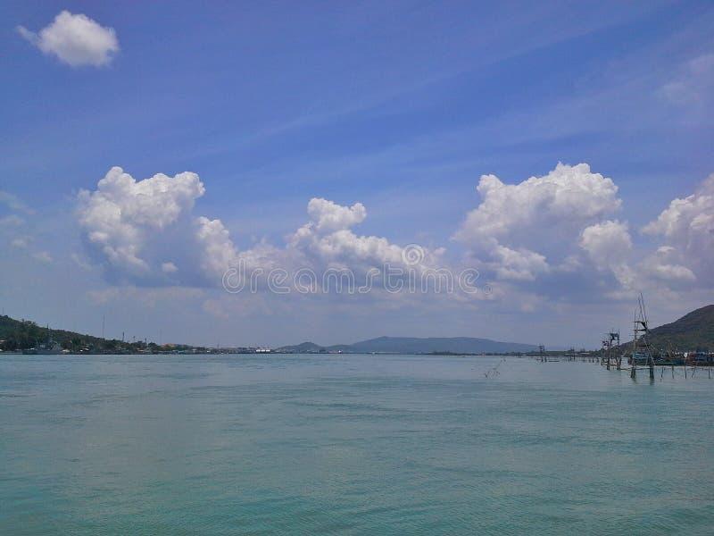 Cielo luminoso, viste dal lago Songkhla, Tailandia fotografia stock libera da diritti