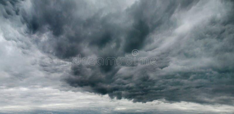Cielo melancólico con las nubes de tormenta imagenes de archivo