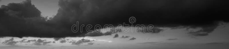 Cielo melancólico y dramático en blanco y negro imagen de archivo libre de regalías