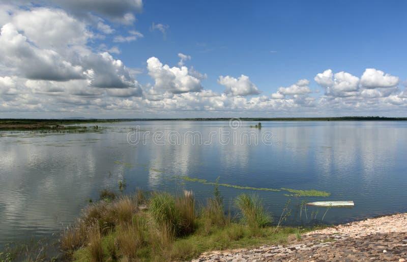 Cielo meraviglioso e riflessione sopra acqua fotografia stock libera da diritti