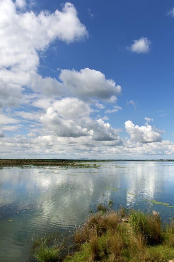 Cielo meraviglioso e riflessione sopra acqua immagini stock libere da diritti