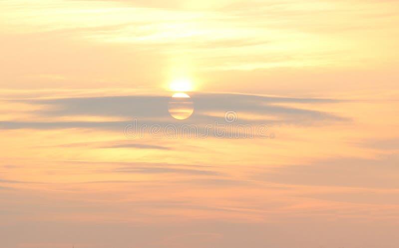 Cielo molle nei colori pastelli caldi, sfondo naturale di tramonto fotografia stock libera da diritti