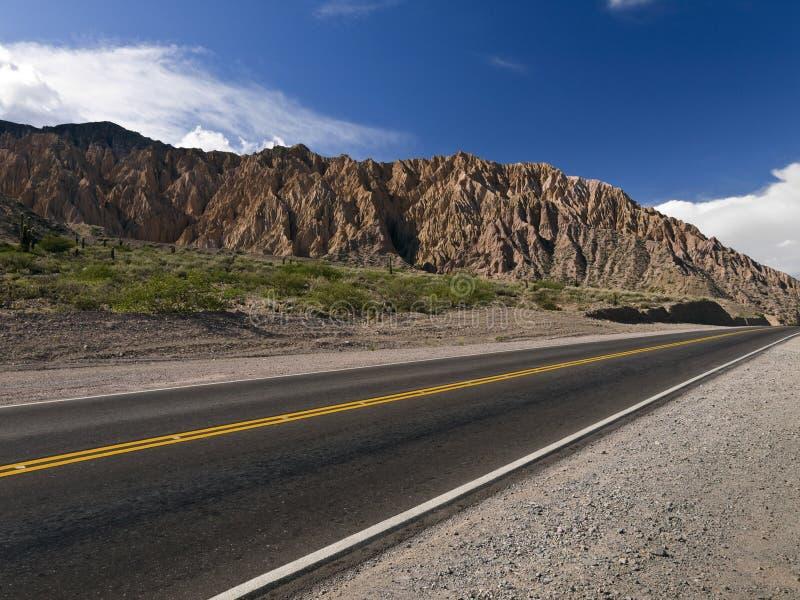 Cielo, montaña y camino foto de archivo