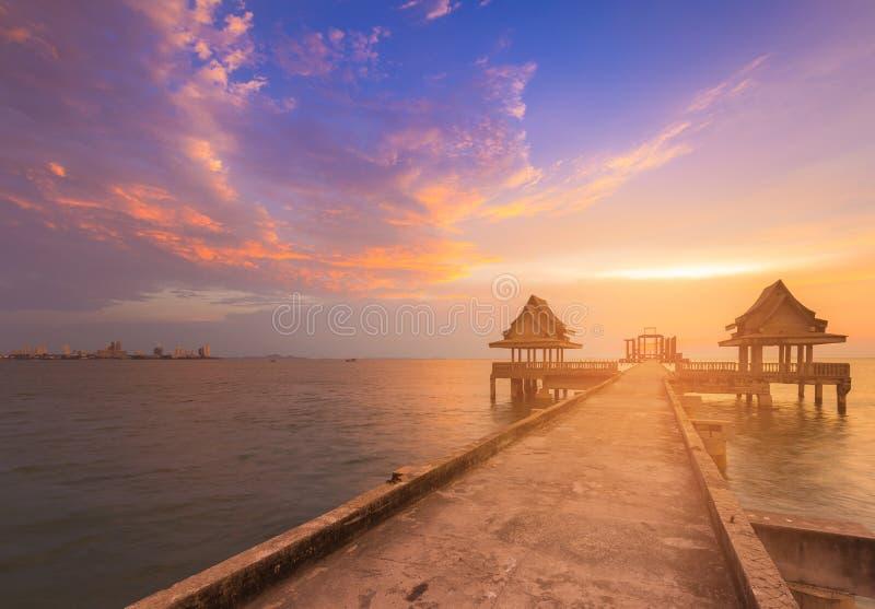 Cielo natural de la puesta del sol sobre horizonte de la costa con la trayectoria que camina imagenes de archivo