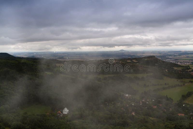 Cielo nebbioso sopra la cittadina fotografie stock