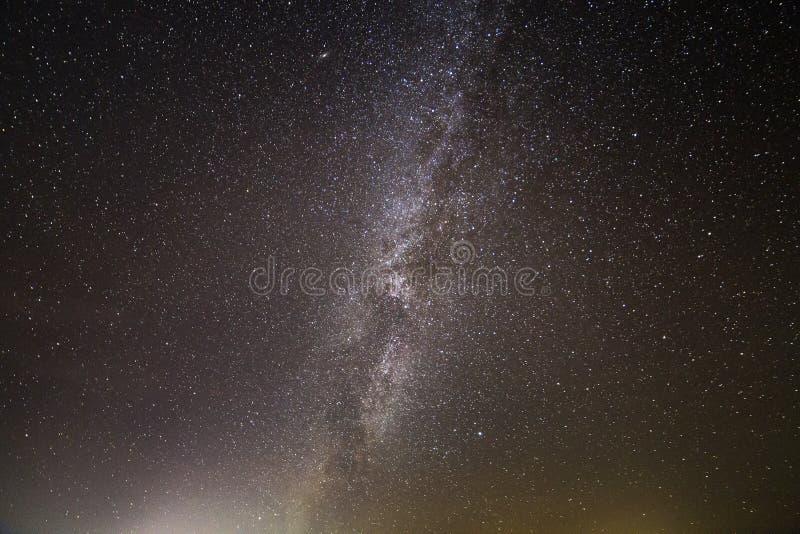 Cielo negro oscuro con miríadas de estrellas y de la galaxia chispeantes blancas brillantes de la vía láctea Belleza de la natura fotos de archivo libres de regalías