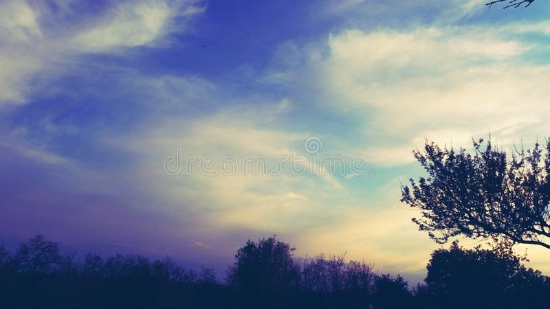 cielo nel villaggio immagini stock libere da diritti