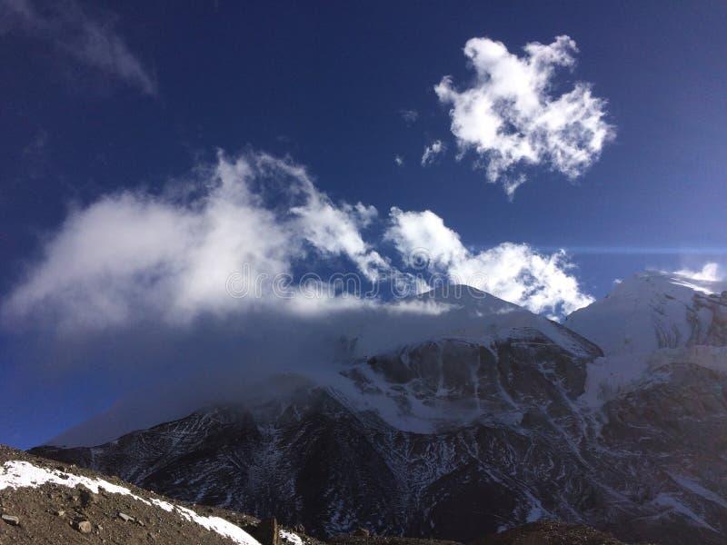 cielo nelle montagne immagini stock libere da diritti
