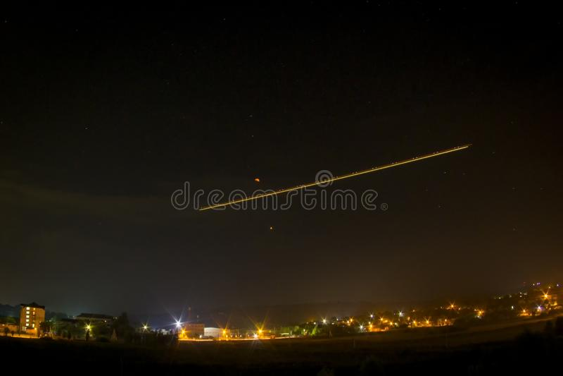 Cielo nocturno ¿Luna? Luz y Marte del aeroplano imagen de archivo libre de regalías