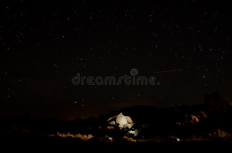 Cielo nocturno claro con las estrellas y los coches II foto de archivo libre de regalías