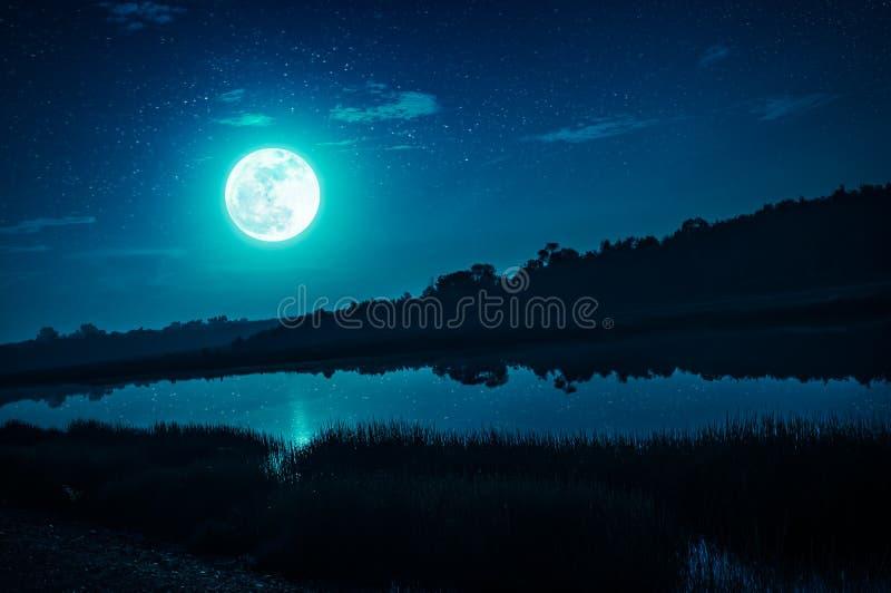 Cielo nocturno con la Luna Llena y muchas estrellas, backgro de la naturaleza de la serenidad fotografía de archivo