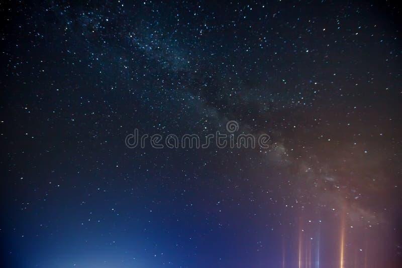 Cielo nocturno con la porción de estrellas brillantes, imagenes de archivo