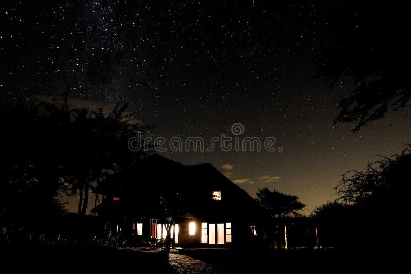 Cielo nocturno con la silueta de la casa foto de archivo libre de regalías
