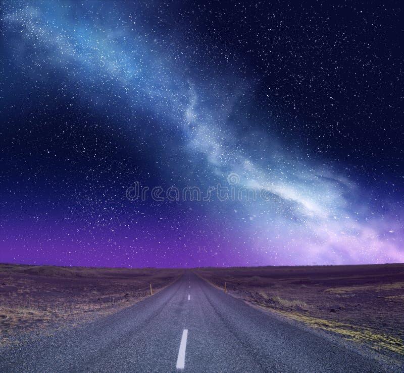 Cielo nocturno con la vía láctea y la casa imagenes de archivo