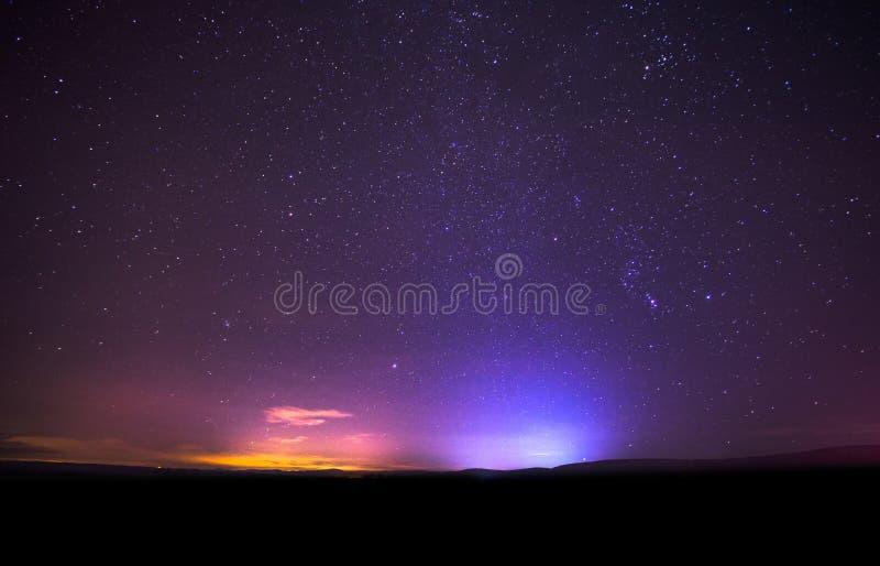 Cielo nocturno con las estrellas brillantes foto de archivo