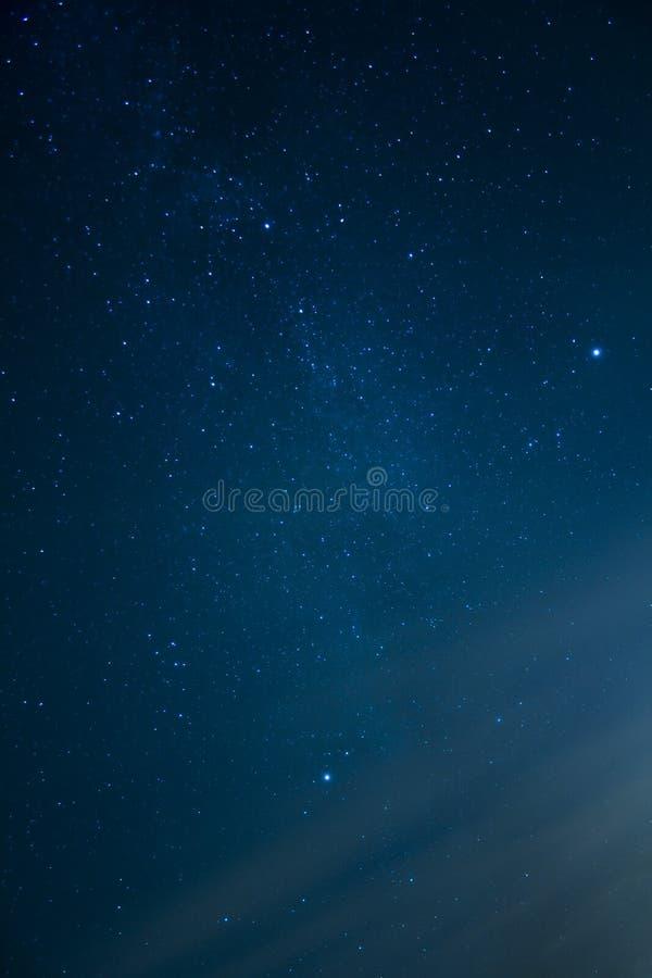 Cielo nocturno con las estrellas que brillan intensamente imagen de archivo