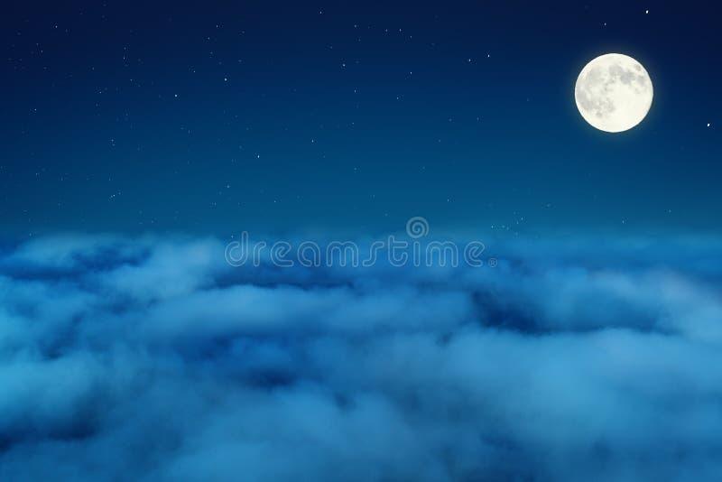 Cielo nocturno con las estrellas y la luna sobre las nubes foto de archivo