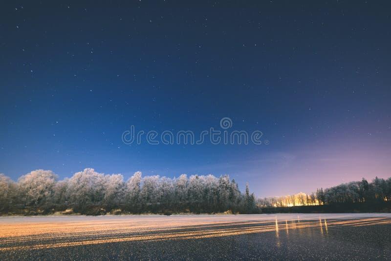 cielo nocturno con las estrellas y la vía láctea - vieja mirada del vintage fotos de archivo libres de regalías