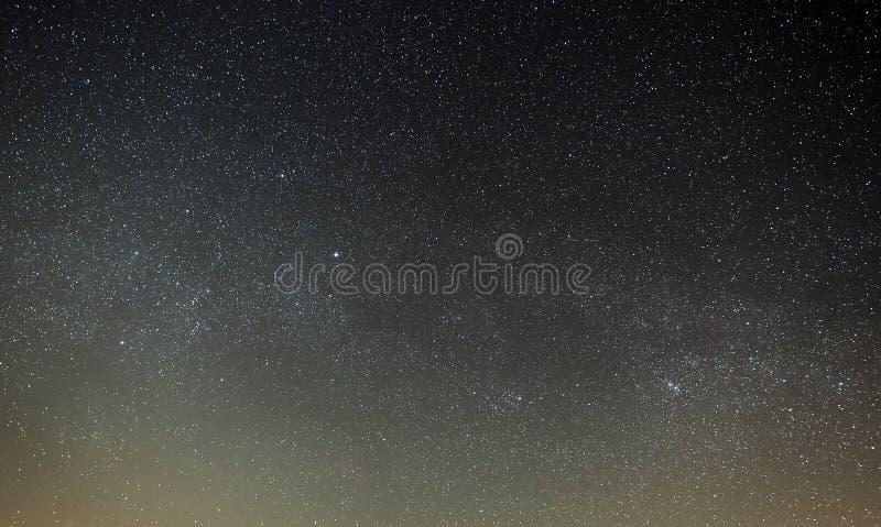 Cielo nocturno con una estrella brillante de la vía láctea Visión panorámica imagenes de archivo