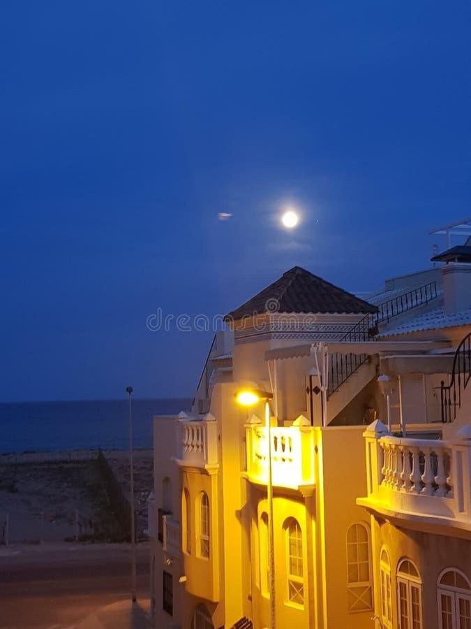 Cielo nocturno de la luna de España imagenes de archivo