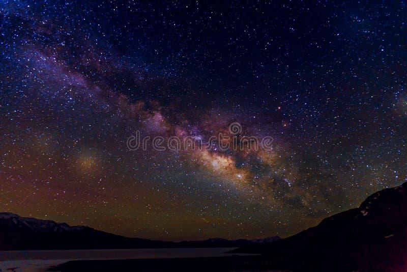 Cielo nocturno de la vía láctea con las estrellas imagen de archivo libre de regalías
