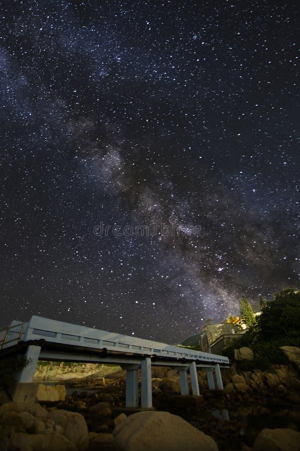 Cielo nocturno del verano con la vía láctea en Shek O, Hong Kong foto de archivo libre de regalías