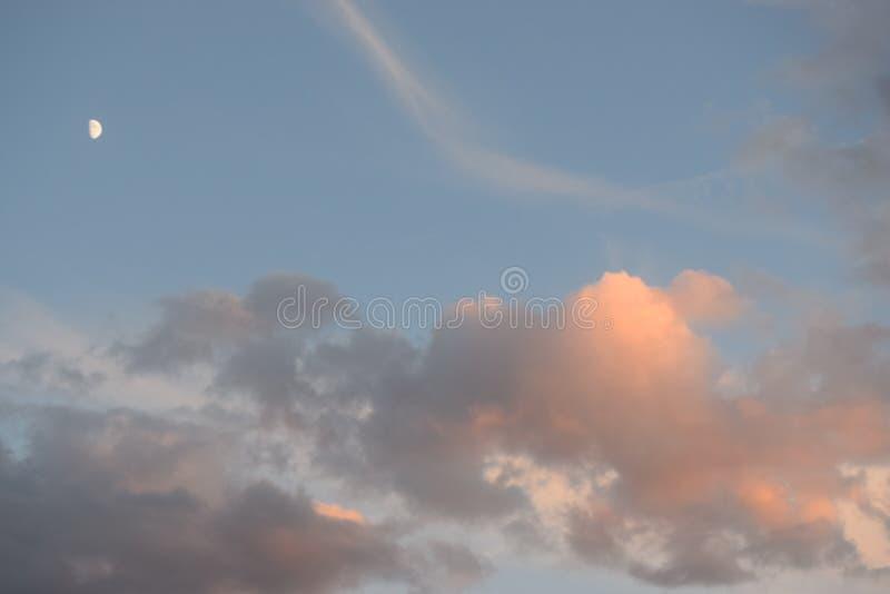 Cielo nocturno del verano del rosa en colores pastel imagenes de archivo