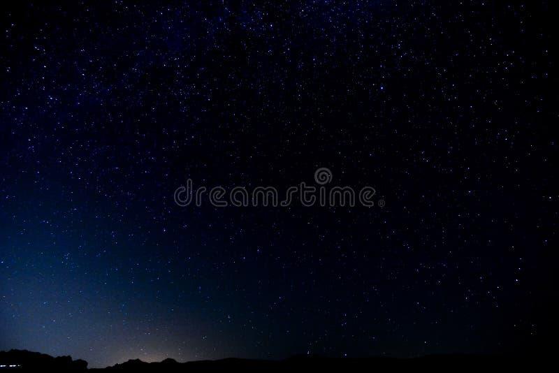 Cielo nocturno estrellado imagenes de archivo