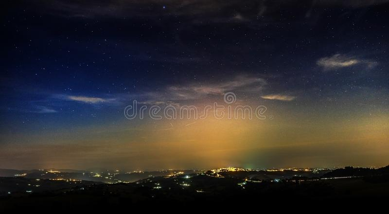 Cielo nocturno estrellado y contaminación ligera fotos de archivo