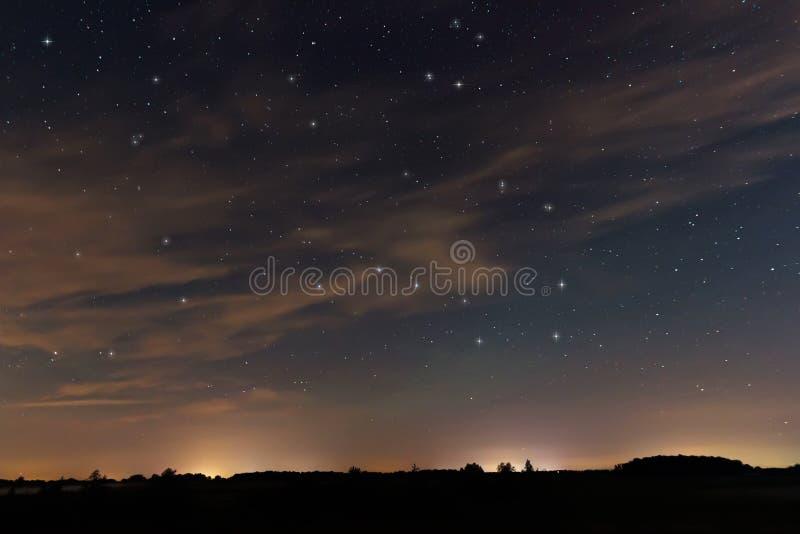Cielo nocturno hermoso, con las nubes y las constelaciones fotos de archivo libres de regalías